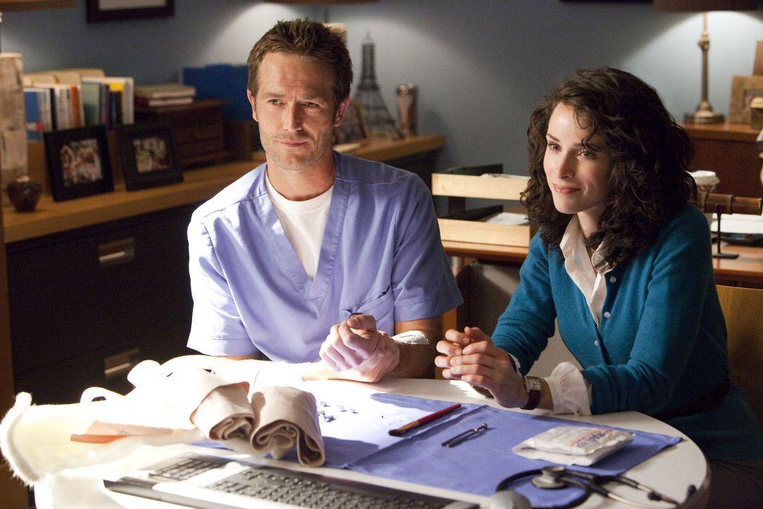 Da Tom (Michael Vartan, l.) um seine Zukunft als Chirurg bangt, untersucht Dr. Erin Jameson (Abigail Spencer, r.) mit Dr. Asheesh Danees Hilfe seine... - Bildquelle: Sony 2009 CPT Holdings, Inc. All Rights Reserved