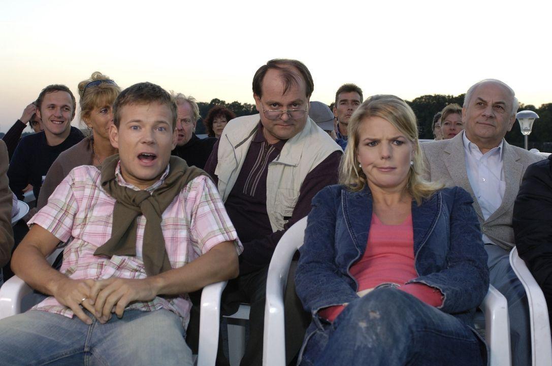 Nachdem sich Mathias (l.), der Neue in der Comedy-WG, super eingelebt hat, erlebt er gemeinsam mit Mirja (Mirja Boes, r.) und Markus (Markus Majowsk... - Bildquelle: Sat.1