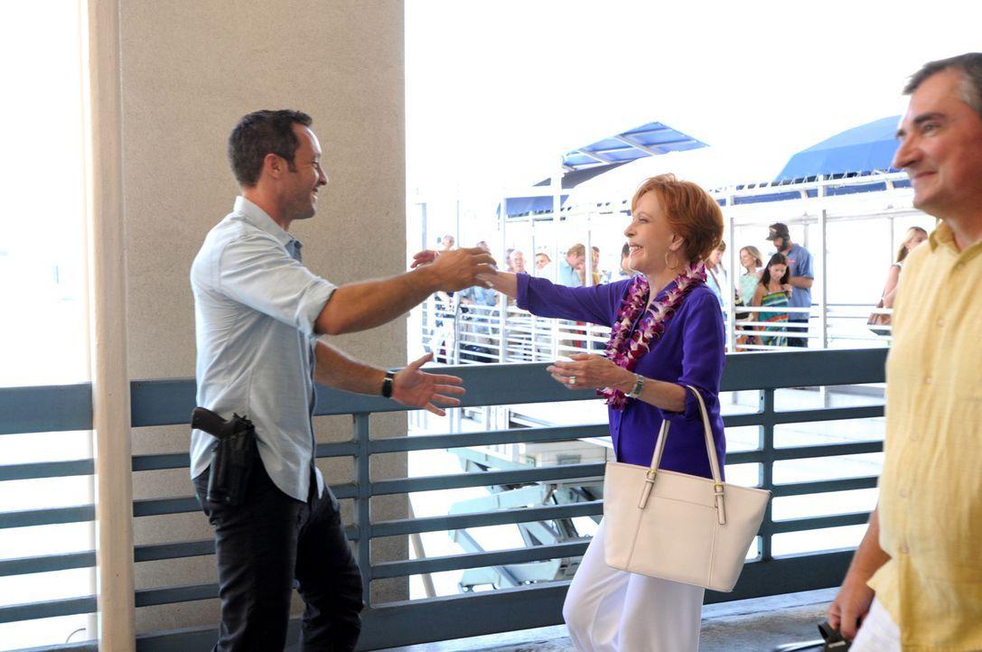 Steve (Alex O'Loughlin, l.) kann es nicht glauben, als Tante Deb (Carol Burnett, M.) mit ihrem neuen Verlobten im Schlepptau zurück auf die Insel ke... - Bildquelle: 2014 CBS Broadcasting Inc. All Rights Reserved.