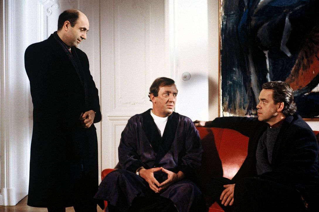 Kommissar Wolff (Jürgen Heinrich, r.) und Staatsanwalt Dr. Peter Fried (Gerd Wameling, l.) befragen Hartmut Berger (Vadim Glowna, M.), den ehemalige... - Bildquelle: Alfred Raschke Sat.1