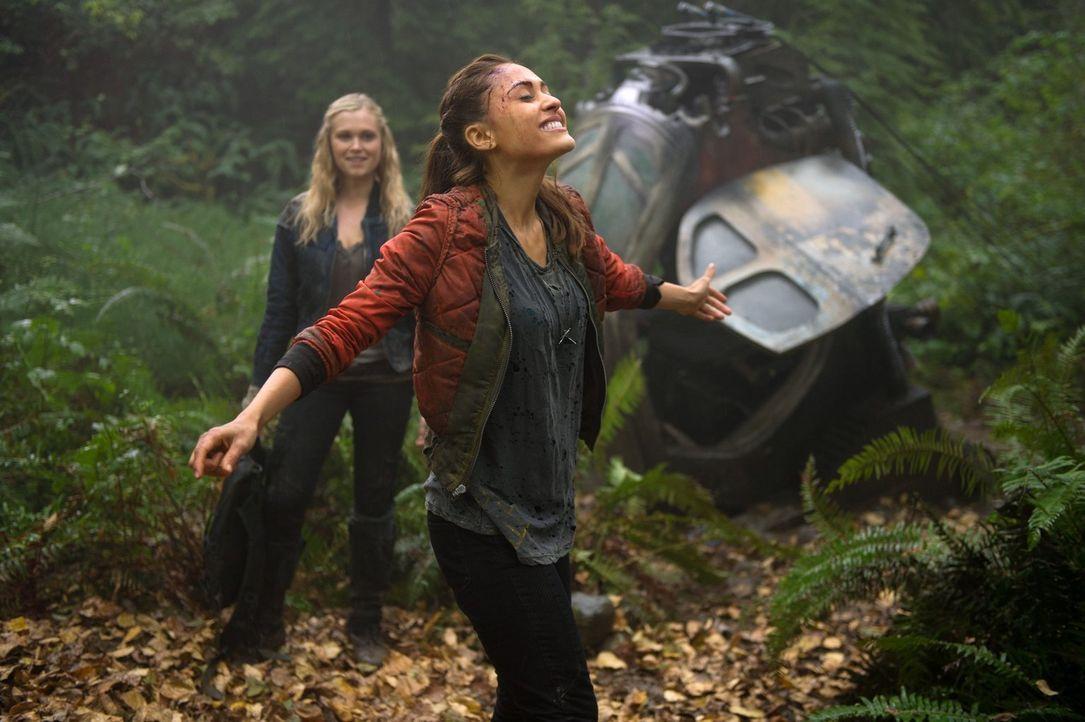 Als Clarke (Eliza Taylor, l.) auf Raven (Lindsey Morgan, r.) trifft, ahnt sie noch nicht, wer sie tatsächlich ist ... - Bildquelle: Warner Brothers