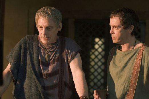 Spartacus: Gods of the Arena - Gerade als Quintus Batiatus (John Hannah, r.)...