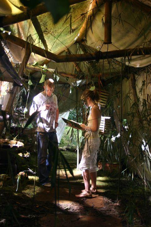 Als Liz (Jewel Staite, r.) und Jake (Kellan Lutz, l.) mitten im Dschungel eine verlassene Hütte entdecken, stoßen sie auf ein Tagebuch, in dem von... - Bildquelle: Voltage Pictures