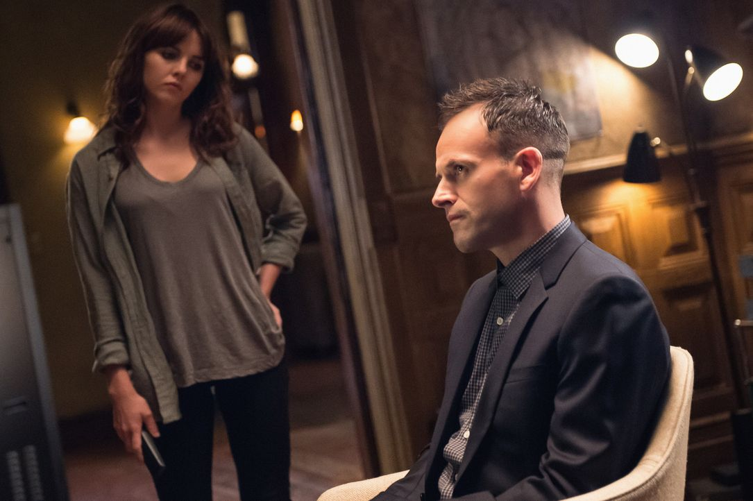 Ermitteln in einem neuen Fall: Holmes (Jonny Lee Miller, r.) und Kitty (Ophelia Lovibond, l.) ... - Bildquelle: CBS Television