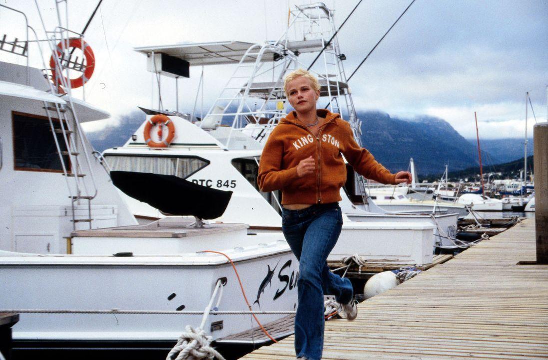 Nina (Mira Bartuschek) versucht auf die Jacht zu gelangen, mit der ihre Eltern zu den Seychellen unterwegs sind. - Bildquelle: Sat.1