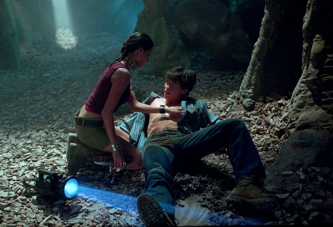 Nachdem Indianerin Kyla (Tamara Feldman, l.) Clarks (Tom Welling, r.) Fähigkeiten entdeckt, glaubt sie, dass er der Nachfolger eines indianischen He... - Bildquelle: Warner Bros.