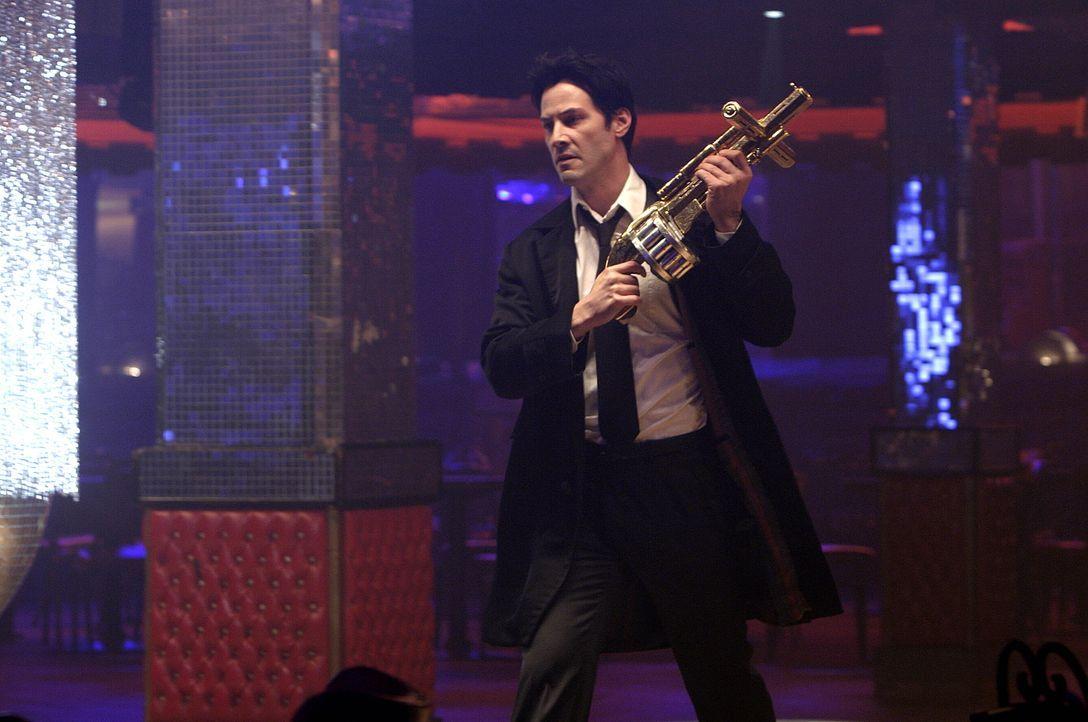 Um nicht wieder in der Hölle zu landen, bekämpft John Constantine (Keanu Reeves) alle Halbdämonen, die ihm auf der Erde begegnen ... - Bildquelle: Warner Brothers