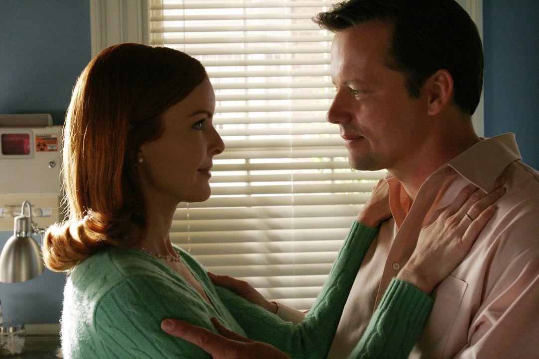 Während Bree (Marcia Cross, l.) und Rex (Steven Culp, r.) beim Arzt sind, bricht George bei ihnen ein und vertauscht die Herztabletten von Rex und d... - Bildquelle: Touchstone Pictures