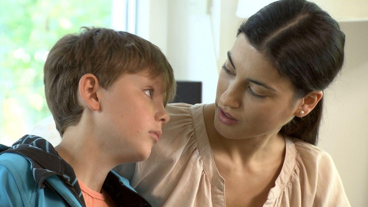 Der kleine Max (l.) leidet sehr unter der Trennung seiner Eltern. Seine Mutter Julia (r.) versucht ihn aufzumuntern ... - Bildquelle: SAT.1