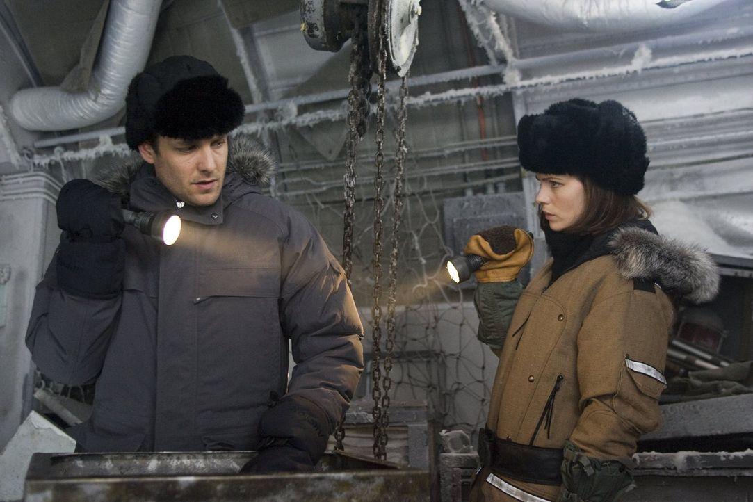 Unter äußerst schwierigen Bedingungen versuchen Robert Pryce (Gabriel Macht, l.) und Carrie Stetko (Kate Beckinsale, r.) herauszufinden, wer für den... - Bildquelle: Warner Bros.