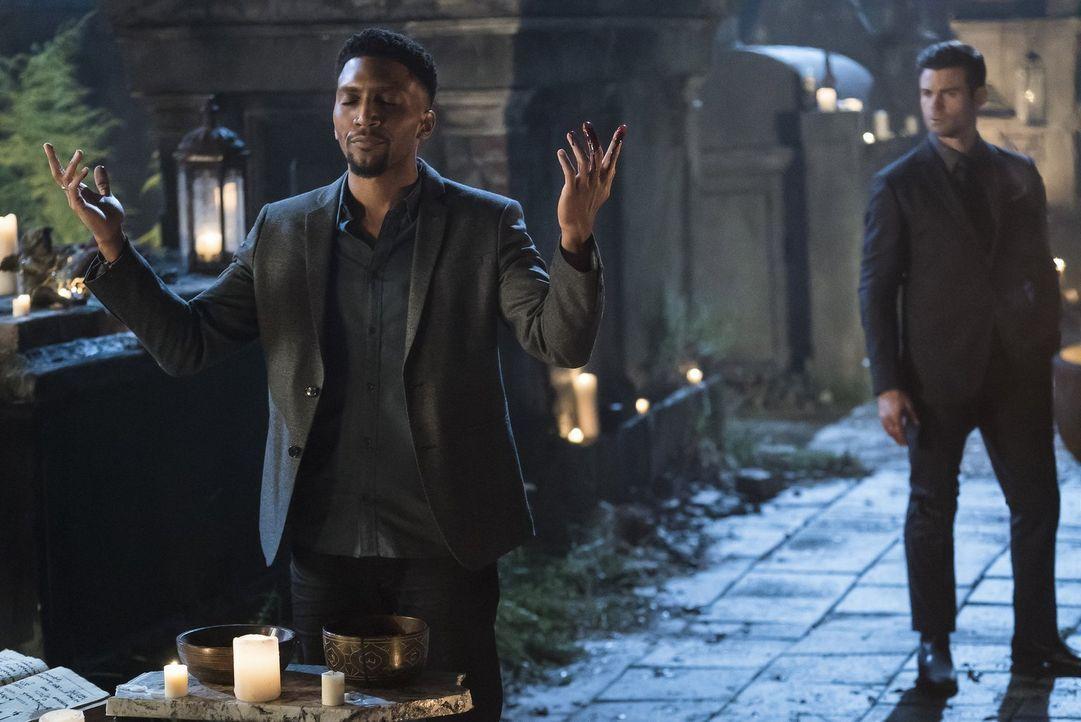 Elijah (Daniel Gillies, r.) fordert Vincent (Yusuf Gatewood, l.) auf, ein neues Band zu den Vorfahren zu stricken, indem die Hexen erneut einige Opf... - Bildquelle: 2016 Warner Brothers