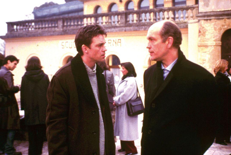 Aus verletzter Eitelkeit macht Mr. Ripley (John Malkovich, r.) seinen an Leukämie erkrankten Nachbarn Jonathan (Dougray Scott, l.) zum Mörder ... - Bildquelle: Warner Bros.