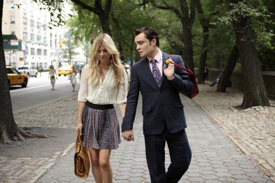 Chuck (Ed Westwick, r.) und Eva (Clemence Poesy, l.) sind glücklich miteinander, doch Blair versucht alles, um dies zu zerstören ... - Bildquelle: Warner Bros. Television