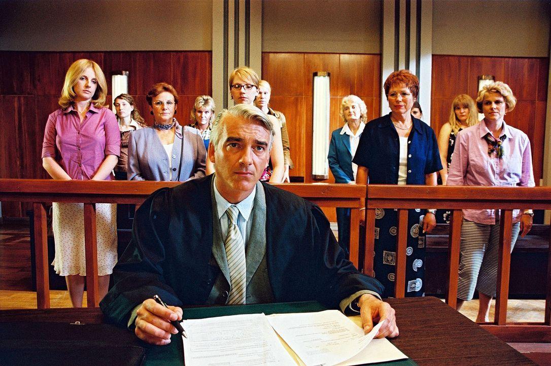 Felix (Christoph M. Ohrt) sieht sich nur von Frauen umgeben. Er hat schlechte Karten, den Fall zu gewinnen ... - Bildquelle: Hardy Spitz Sat.1