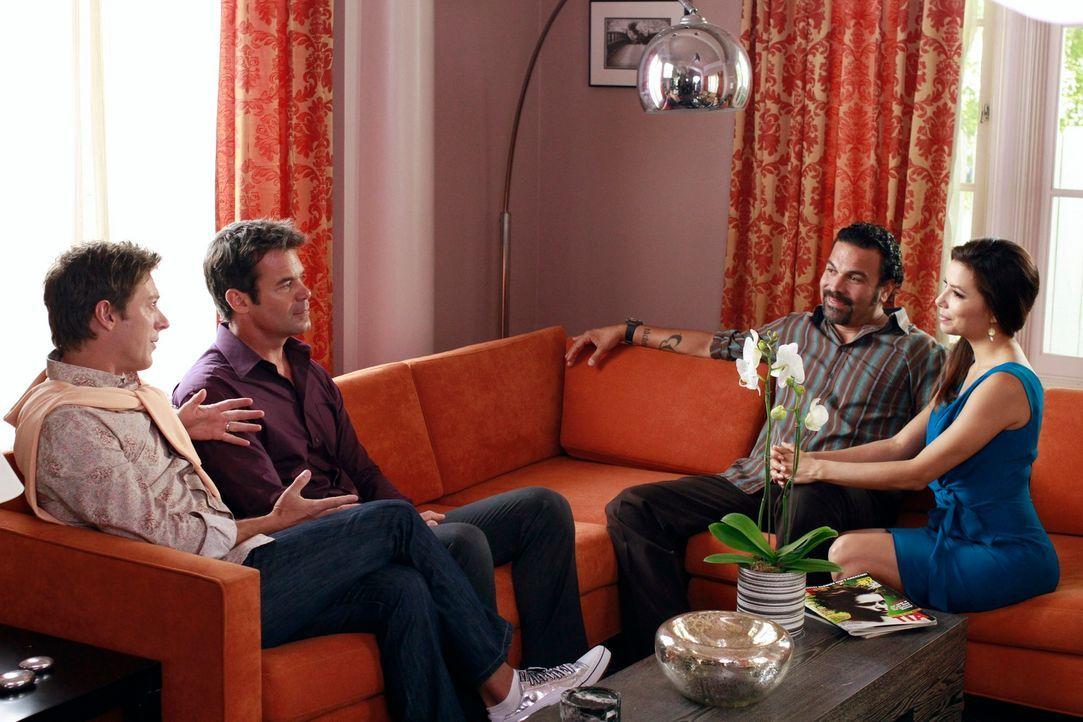 Während Bree erstaunt ist herauszufinden, wer im Besitz von Alejandros Leiche ist, versuchen Carlos (Ricardo Antonio Chavira, 2.v.r.) und Gabrielle... - Bildquelle: ABC Studios