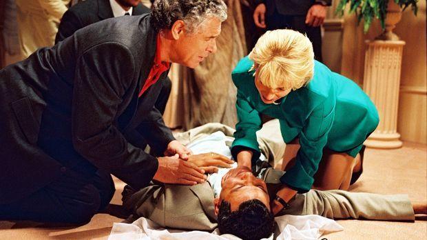 Prinz Ismael ist beim Diner zusammengebrochen. Die beiden Ärzte Robert (Chris...