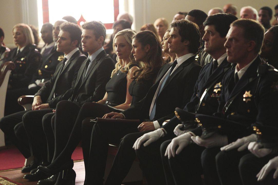 Elena bemerkt, dass etwas in Caroline vorgeht - Bildquelle: Warner Bros. Entertainment Inc.