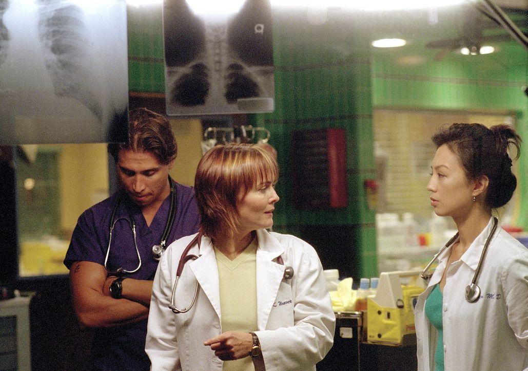 Weaver (Laura Innes, M.) stellt Chen (Ming-Na Wen, r.) und Malucci (Erik Palladino, l.) wegen deren Fehlbehandlung zur Rede. - Bildquelle: TM+  WARNER BROS.