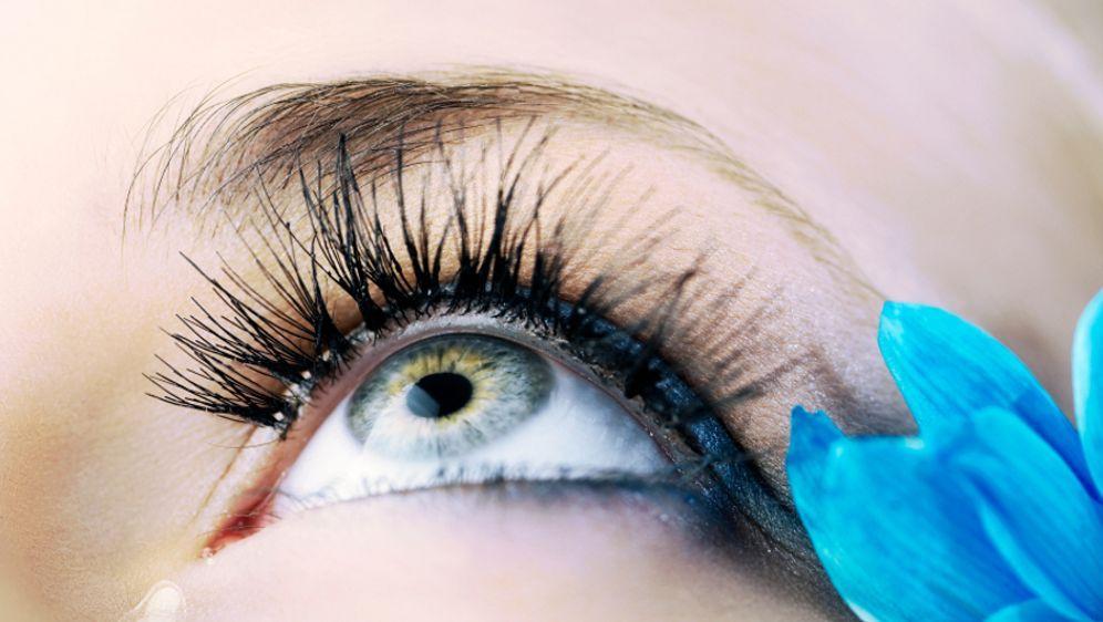 Falsche Wimpern anbringen - Bildquelle: iStockphoto