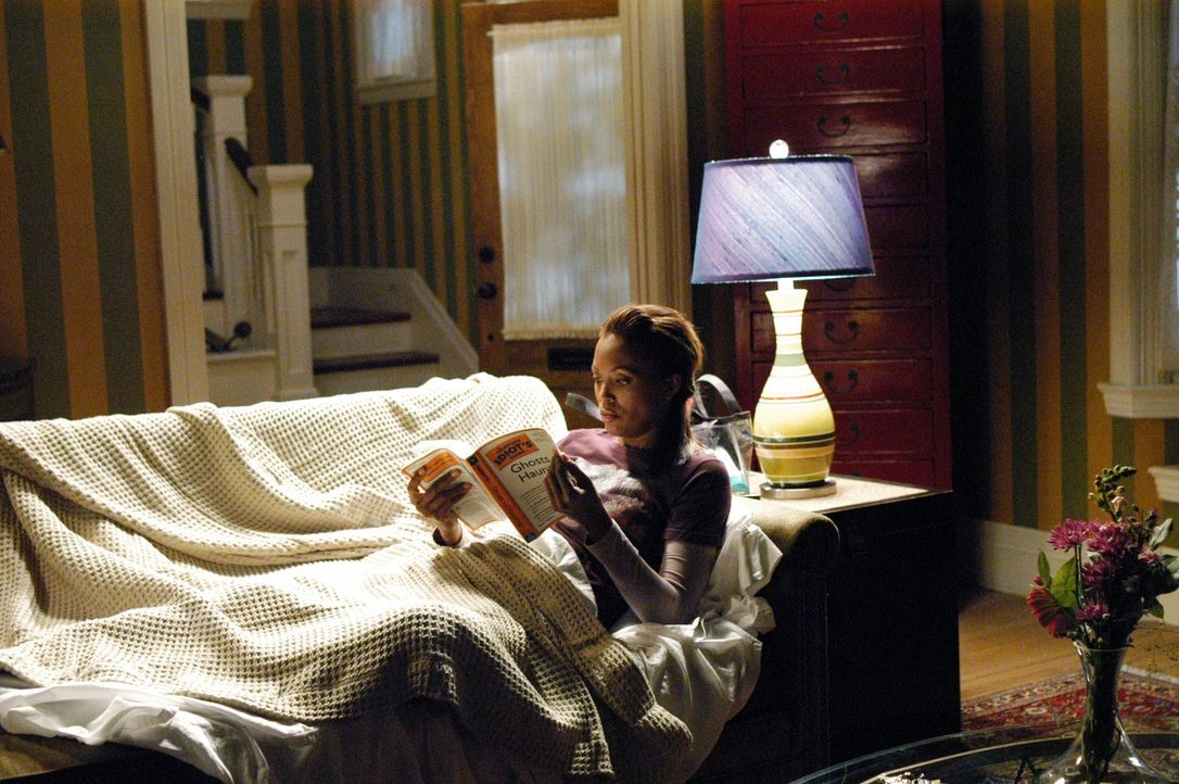 Andrea Moreno (Aisha Tyler) hat es sich gemütlich gemacht und liest eine Lektüre über das Geisterjagen ... - Bildquelle: ABC Studios