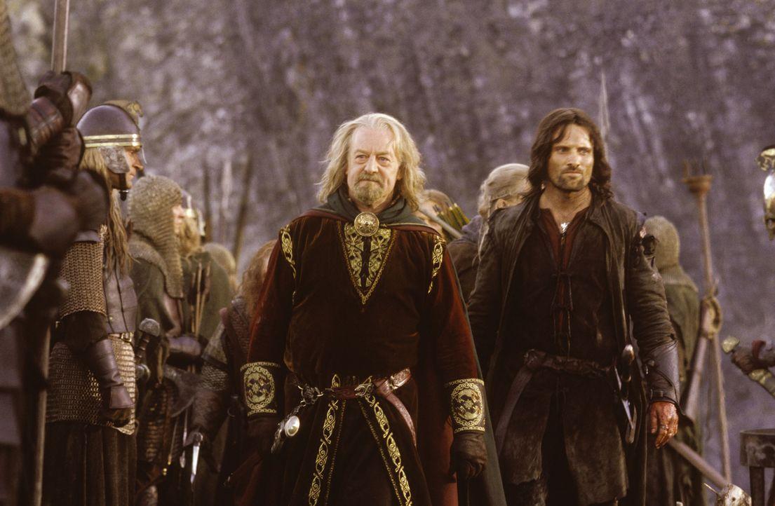Aragorn (Viggo Mortensen, r.) hilft dem vom Einfluss des gefährlichen Sarumans befreiten König Theoden (Bernard Hill, l.) im Kampf um Helms Klamm ..... - Bildquelle: Warner Brothers