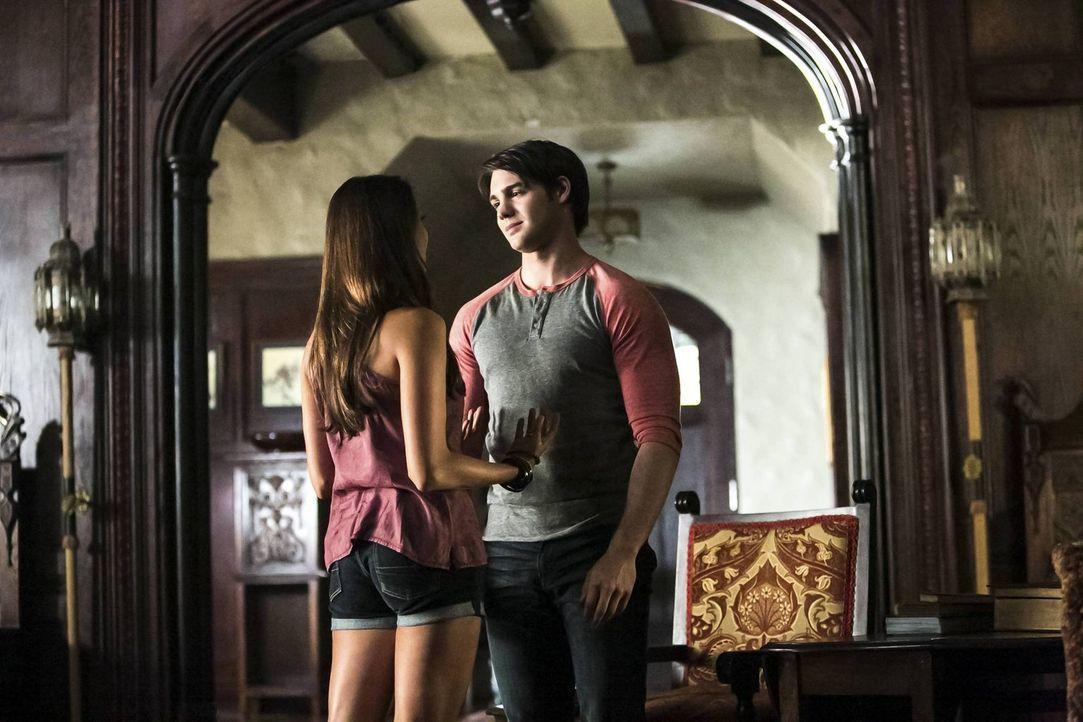 Der Sommer ist vorüber und ein neues Schuljahr steht bevor. Elena (Nina Dobrev, l.) wünscht sich, dass Jeremy (Steven R. McQueen, r.) wieder wie e... - Bildquelle: Warner Brothers