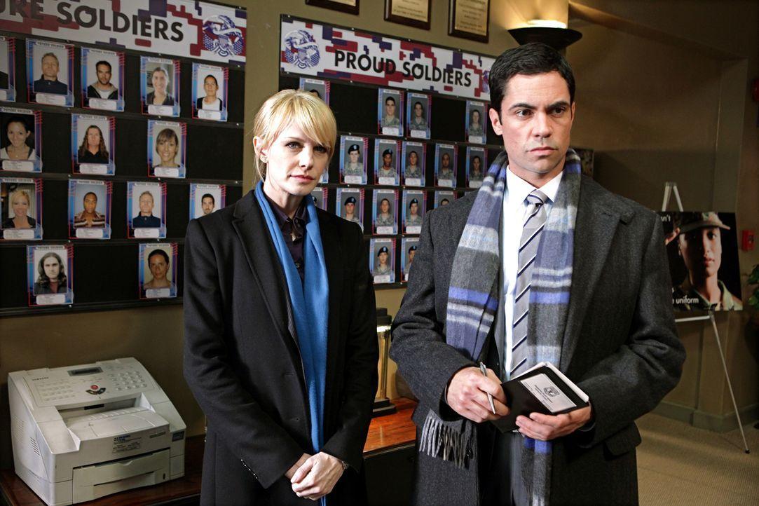 Ein Fall aus dem Jahre 2005 wird von Det. Lilly Rush (Kathryn Morris, l.) und Det. Scott Valens (Danny Pino, r.) wieder neu aufgerollt.