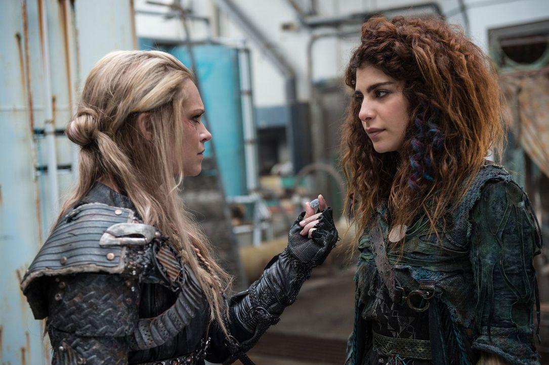 Verzweifelt versucht Clarke (Eliza Taylor, l.), Luna (Nadia Hilker, r.) davon zu überzeugen der nächste Kommander zu werden, doch Luna weigert sich... - Bildquelle: 2014 Warner Brothers