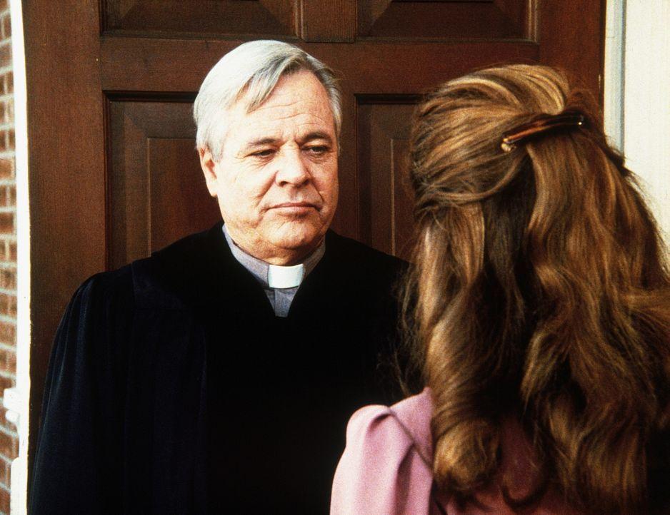 Marshas Vater (William Windom, l.) zeigt sich seiner Tochter (Coleen Maloney, r.) gegenüber unerbittlich. Er kann ihr nicht verzeihen, dass sie ein... - Bildquelle: Worldvision Enterprises, Inc.