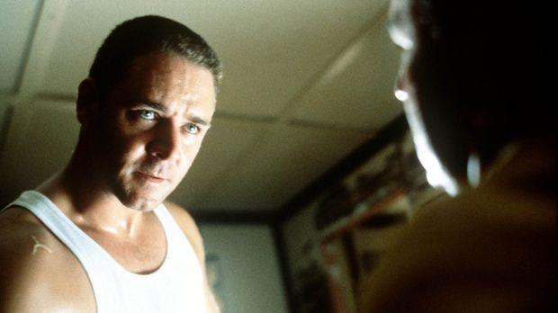 Detektiv Bud White (Russel Crowe, l.) benützt seine ganz eigenen Verhörmethod...