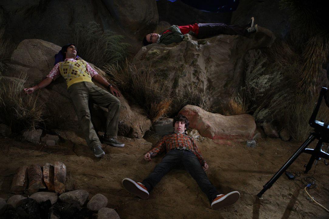 Howard (Simon Helberg, r.), Raj (Kunal Nayyar, l.) und Leonard (Johnny Galecki, oben) gehen zelten, um den Meteorschauer der Leoniden zu beobachten.... - Bildquelle: Warner Bros. Television