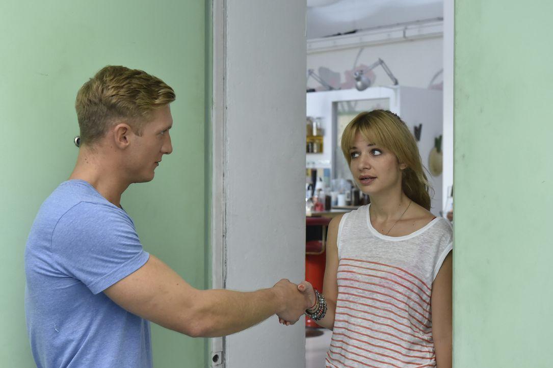 Mila (Susan Sideropoulos, r.) ist überrascht, als ihr Date Marc (Martin Walde, l.) sich tatsächlich als gutaussehend herausstellt ... - Bildquelle: Claudius Pflug SAT.1