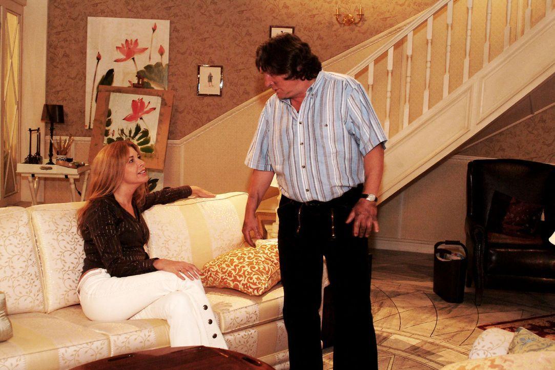 Seiner charmanten Chefin Laura (Olivia Pascal, l.) kann Bernd (Volker Herold, r.) keine Bitte abschlagen - allerdings vergisst er darüber eine Vera... - Bildquelle: Sat.1