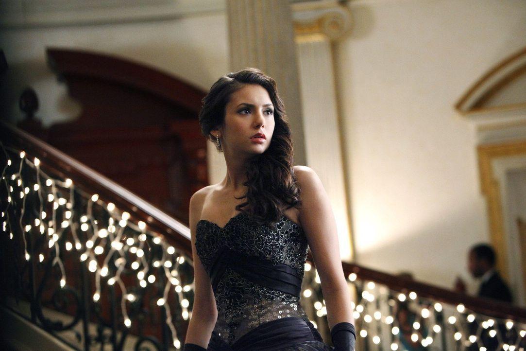 Die Familie Michaelson gibt ihren Einstand in der Stadt und lädt alles, was Rang und Namen hat, zu einem Ball ein. Elena (Nina Dobrev) hat eine spe...