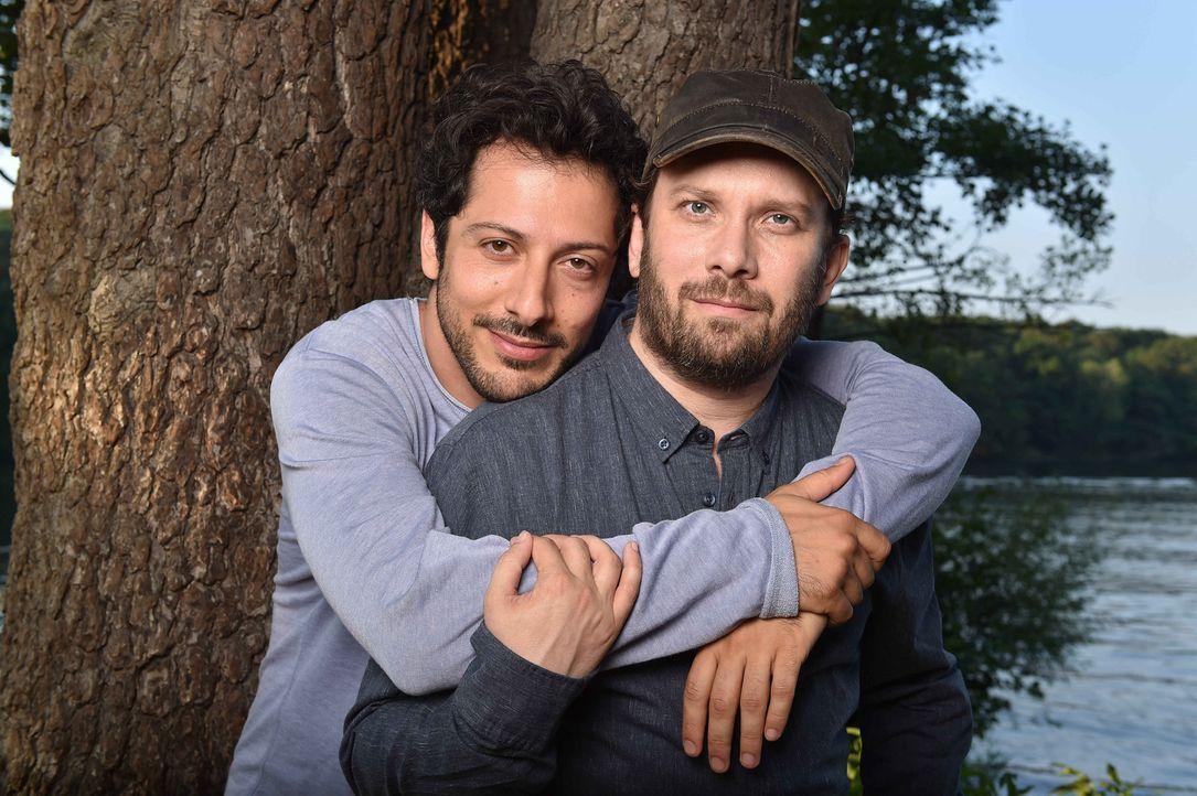 Freunde fürs Leben? Christian Ulmen (r.) und Fahri Yardim (l.) - Bildquelle: maxdome / ProSieben / Andre Kowalski