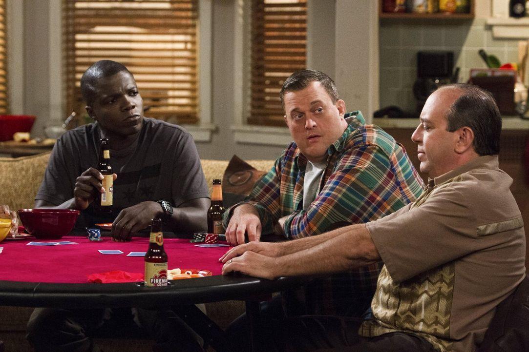 Mike (Billy Gardell, M.) hält eine Pokerrunde mit seinen Freunden ab, welche darin endet, dass Carl (Reno Wilson, l.) und  Vince (Louis Mustillo, r.... - Bildquelle: Warner Brothers