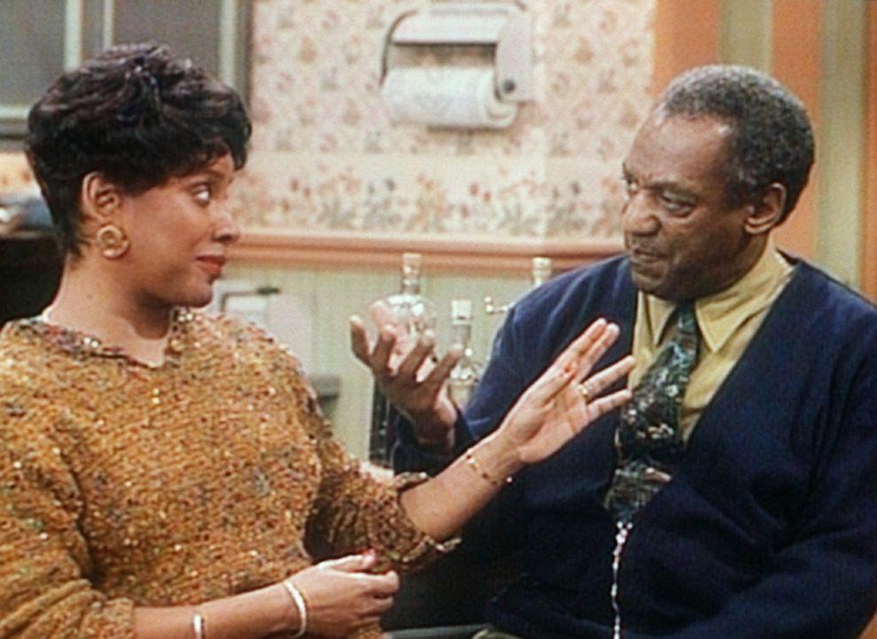 Clair (Phylicia Rashad, l.) und Cliff (Bill Cosby, r.) beratschlagen, was zu tun ist, wo Dabnis als billiger Handwerker nun nicht mehr in Betracht k... - Bildquelle: Viacom