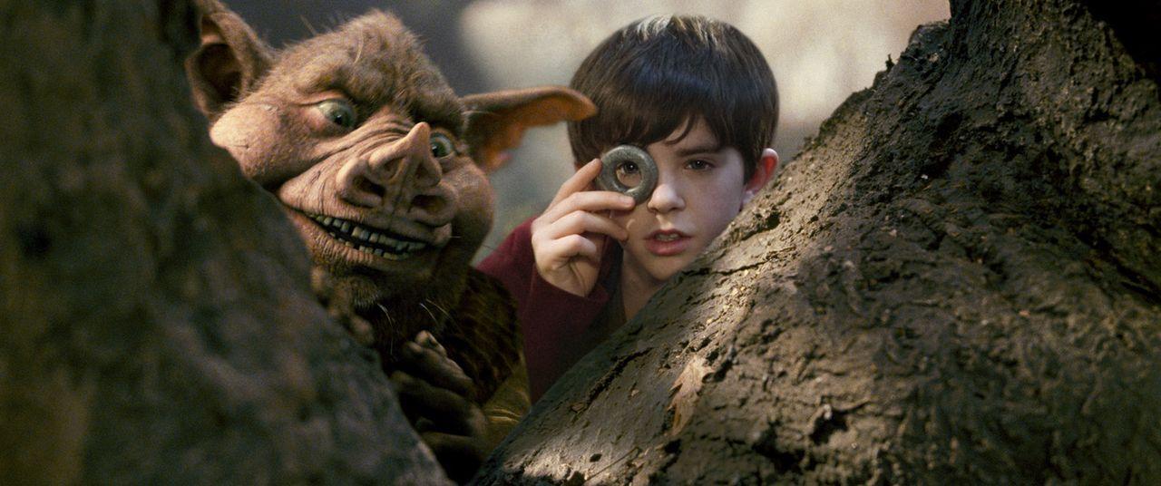Von dem guten Kobold Hogsqueal (l.) erfährt Jared (Freddie Highmore, r.) wichtige Dinge, die man im Kampf gegen die bösen Kobolde unbedingt wissen... - Bildquelle: Paramount Pictures