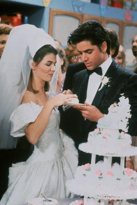 Bis zum Anschneiden der Hochzeitstorte ist der Weg für Becky (Lori Loughlin, l.) und Jesse (John Stamos, r.) sehr weit ... - Bildquelle: Warner Brothers Inc.