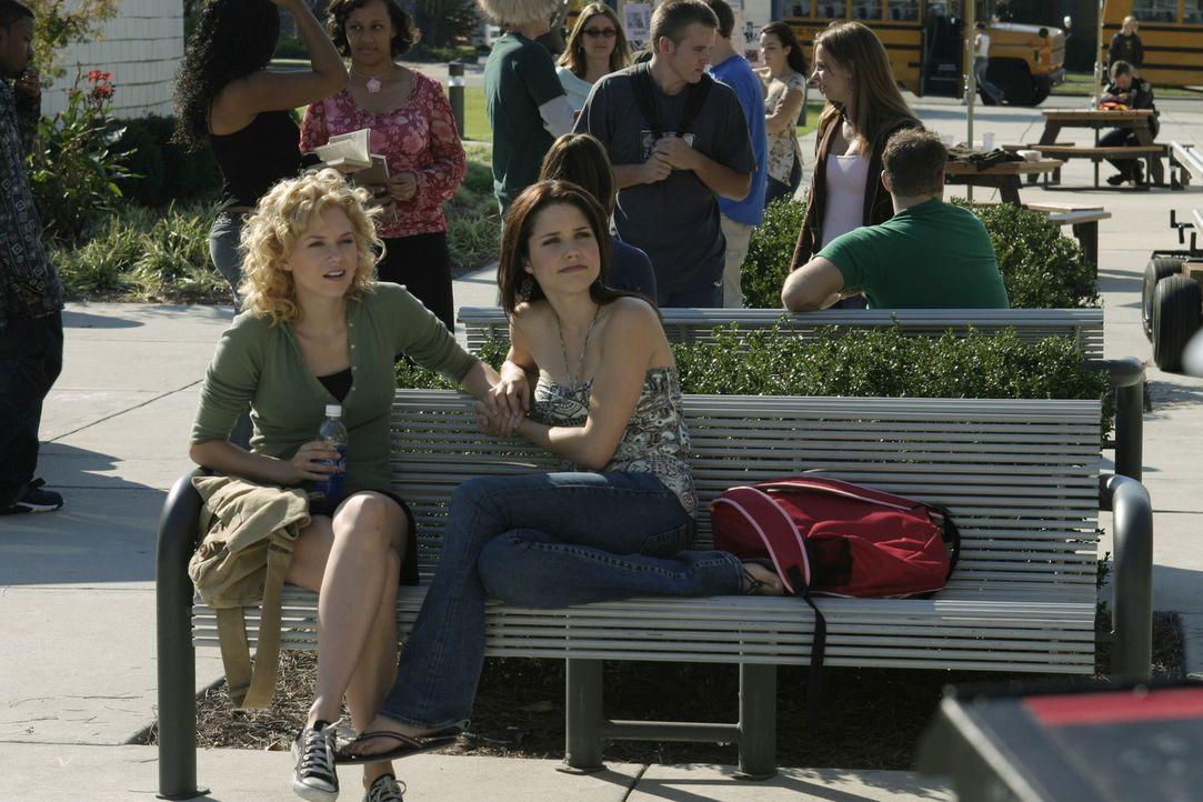 Die beiden Freundinnen Brooke (Sophia Bush, r.) und Peyton (Hilarie Burton, l.) kämpfen mit großen, privaten Problemen ... - Bildquelle: Warner Bros. Pictures