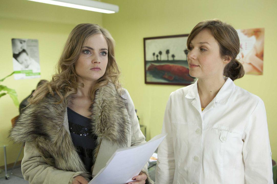 Nachdem Caro (Sonja Bertram, l.) ihr Baby abgetrieben hat, weiß sie nicht, wie sie Ben beibringen soll, dass sie nicht mehr schwanger ist ... - Bildquelle: SAT.1