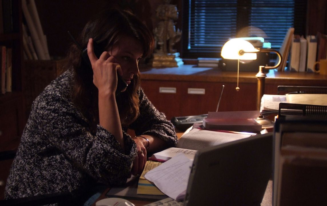Nach dem Tod ihres Mannes fühlt die Psychologin Abbey Tyler (Milla Jovovich, r.), dass sie seine Studie weiterführen und sie so schnell wie mögli... - Bildquelle: 2009 Gold Circle Films LLC.  All rights reserved