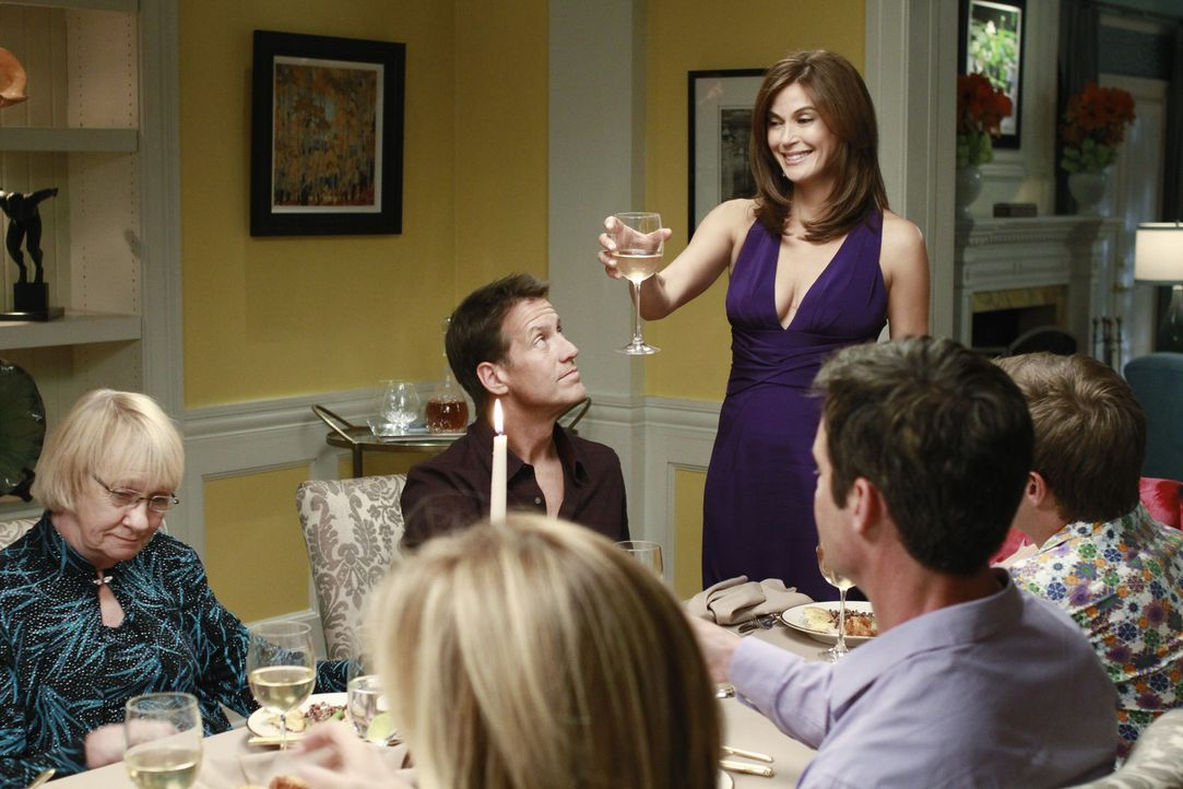 Als Susan (Teri Hatcher, 3.v.r.) und Mike (James Denton, 3.v.l.) zurück in die Wisteria Lane ziehen, veranstalten ihre Freunde eine große Dinnerpa... - Bildquelle: ABC Studios