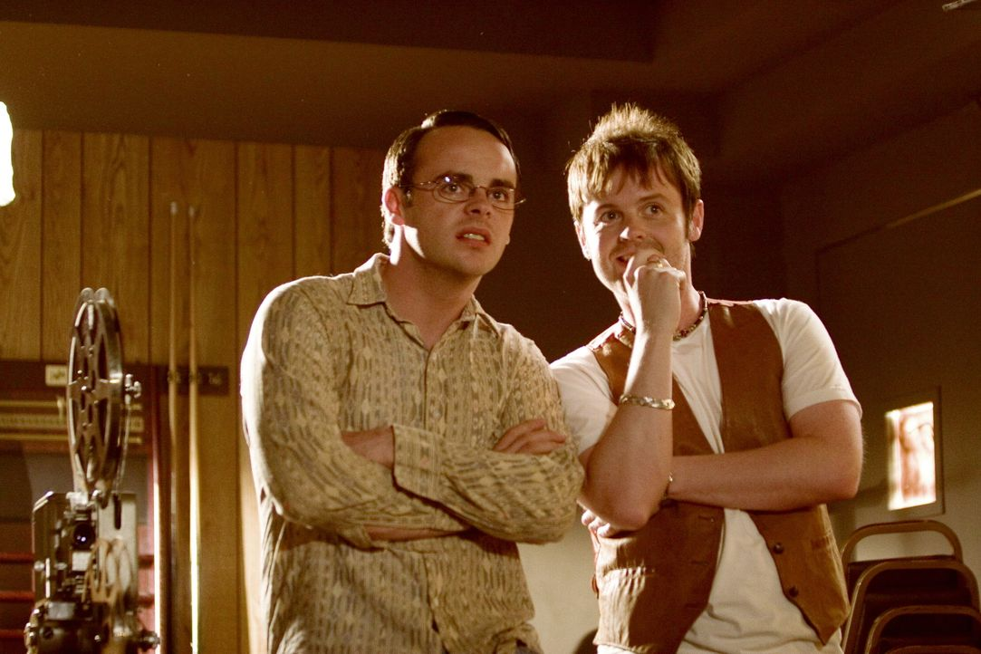 In Ohio wollen Ray Santilli (Declan Donnelly, r.) und Gary Shoefield (Ant McPartlin, l.) von einem pensionierten Kameramann des Militärs die unveröf... - Bildquelle: Warner Brothers International