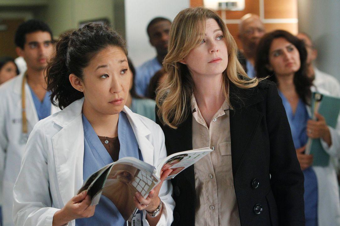 Cristina (Sandra Oh, l.) und Meredith (Ellen Pompeo, r.), sind überrascht, dass Derek vor versammelter Mannschaft seinen Posten als Chefarzt hinschm... - Bildquelle: ABC Studios