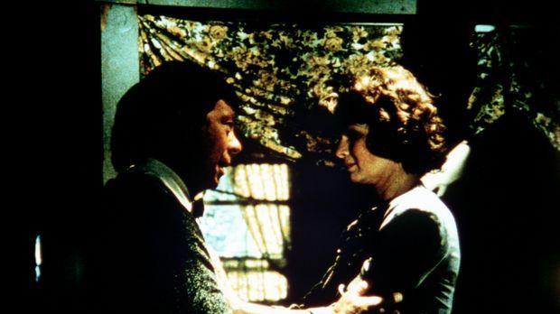 Ike Godsey (Joe Conley, l.) ist ratlos. Seine Frau Corabeth (Ronnie Claire Ed...