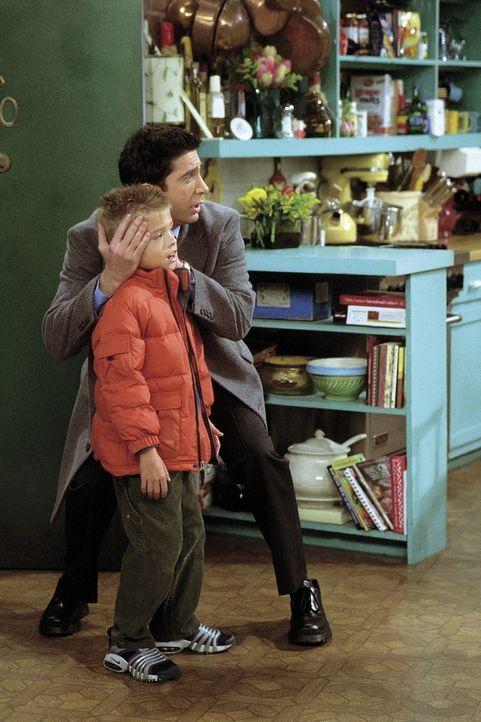 Manche Gespräche will Ross (Davis Schwimmer, hinten) seinem Sohn Ben (Jack/Charlie Allen, vorne) einfach nicht zumuten und hält ihm die Ohren zu. - Bildquelle: TM+  WARNER BROS.