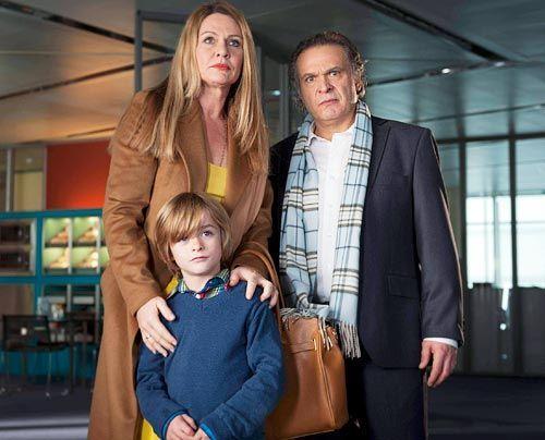 Sie sind keineswegs die perfekte Familie, die sie der Öffentlichkeit präsentieren: Prof. Dr. Hagen Schumann (Jockel Tschiersch, r.), seine Gattin... - Bildquelle: Martin Rottenkolber - Sat1