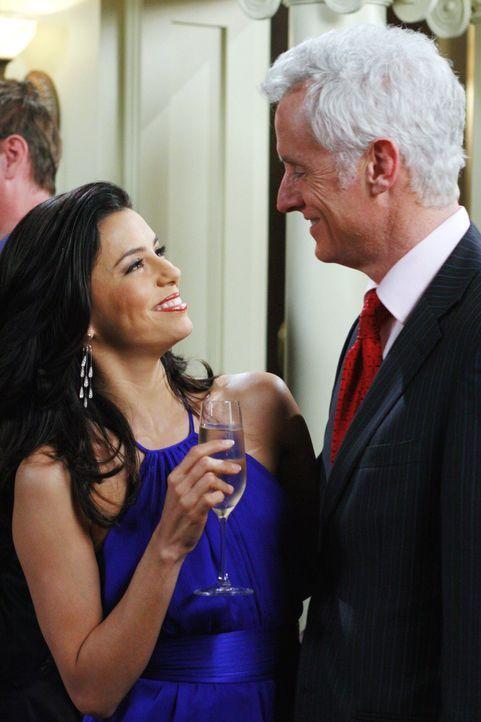 Victor (John Slattery, r.) ist der neue Bürgermeister. Gabrielle (Eva Longoria, l.) findet die neuen Möglichkeiten als dessen Frau von Bedeutung ... - Bildquelle: 2005 Touchstone Television  All Rights Reserved