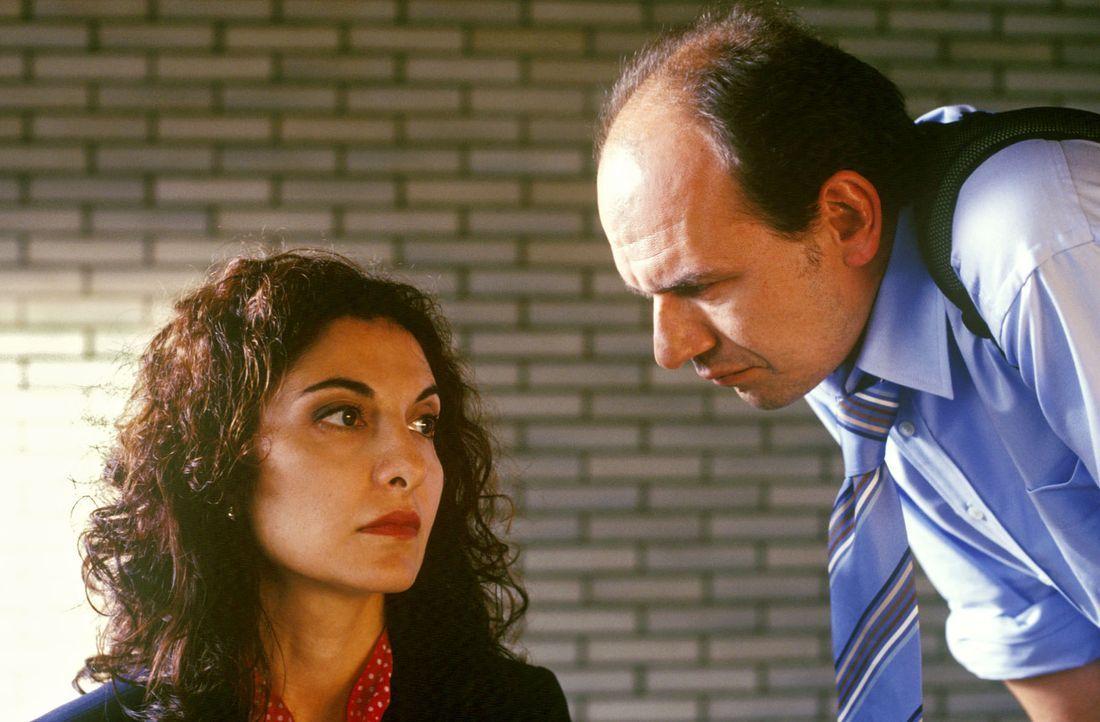 Andrea Monteri (Proschat Madani, l.), eine wichtige Zeugin in einem Mafiaprozess, wird von einem BKA-Mann befragt. - Bildquelle: Martin Lässig Sat.1